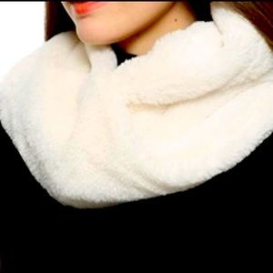 LE CHATEAU | Faux Fur Infinity Scarf